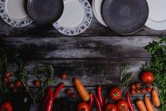 odgórny widok surowi warzywa z talerzami zdjęcia royalty free