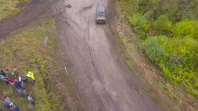 Odgórny widok SUVs jeżdżenie na wiejskiej drodze klamerka Drogi rasa na wiejskim zalesionym terenie na brudnej ziemi zbiory wideo