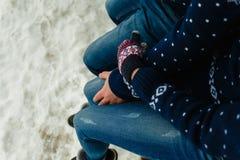 Odgórny widok szczęśliwej i kochającej pary podróżnika nożny obsiadanie na granitowym nabrzeżu Para w zima butach i ciepłych pulo fotografia stock