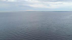 Odgórny widok szeroka rzeka na chmurnym dniu zdjęcie wideo