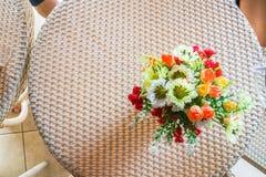 Odgórny widok sztucznego kwiatu waza na stole Fotografia Royalty Free
