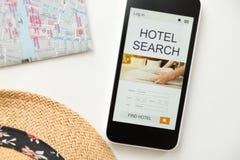 Odgórny widok telefon komórkowy, hotelowa rewizja na ekranie Zdjęcia Stock