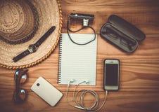 Odgórny widok Traveler& x27; s akcesoria, Istotne urlopowe rzeczy, Tr Fotografia Stock