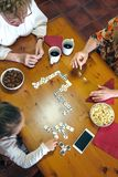 Odgórny widok trzy żeńskiego pokolenia bawić się domino Zdjęcia Stock