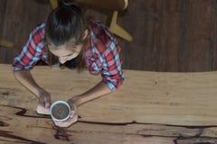 Odgórny widok trzyma filiżankę kawy w jej ręce caucasian kobieta Fotografia Stock