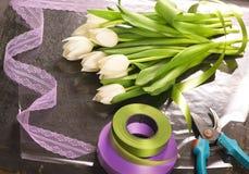 Odgórny widok tulipanu bukiet na opakunkowym papierze Fotografia Royalty Free