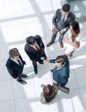 Odgórny widok Uścisków dłoni partnery biznesowi przy spotkaniem obrazy stock