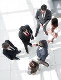 Odgórny widok Uścisków dłoni partnery biznesowi przy spotkaniem obraz stock