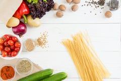 Odgórny widok uncooked spaghetti, świezi surowi warzywa i pikantność Zdjęcia Stock