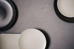Odgórny widok ustaleni ceramiczni naczynia brązowić i milky biel barwiący, na szarym tle obraz royalty free