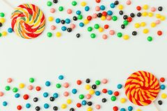 odgórny widok ustaweni lizaki i cukierki fotografia stock