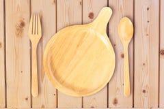 Odgórny widok ustawiający drewniany naczynie, rozwidlenie i łyżka na o Kitchenware, fotografia royalty free