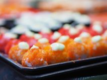 Odgórny widok Ustawiający suszi i mak staczamy się Japonia foods na stole zdjęcia stock