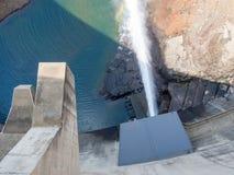 Odgórny widok uwolnienie woda przy imponująco Katse Grobelną hydroelektryczną elektrownią w Lesotho, Afryka Zdjęcie Royalty Free