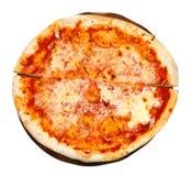 Odgórny widok włoska pizza Margherita na pokładzie Obraz Stock