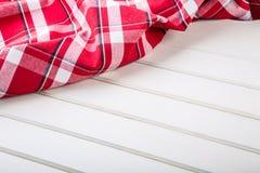 Odgórny widok w kratkę kuchenni ręczniki na drewnianym stole Obrazy Royalty Free