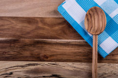 Odgórny widok w kratkę kuchenni ręczniki na drewnianym stole Obraz Royalty Free