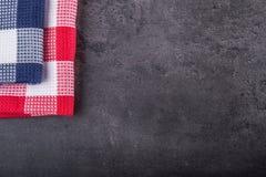 Odgórny widok w kratkę kuchenny tablecloth na granicie kamienny tło - beton - Bezpłatna przestrzeń dla twój produktów lub teksta Zdjęcie Stock