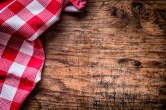 Odgórny widok w kratkę tablecloth lub pielucha na pustym drewnianym stole fotografia royalty free