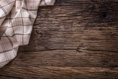 Odgórny widok w kratkę tablecloth lub pielucha na pustym drewnianym stole zdjęcie stock