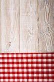 Odgórny widok w kratkę tablecloth na białym drewnianym stole Fotografia Stock