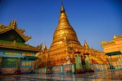 Odgórny widok w pięknej świątyni w ranku przy Mandalay wzgórzem w Myanmar Obrazy Stock