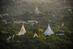 Odgórny widok w pięknej świątyni w ranku przy Mandalay wzgórzem w Myanmar Zdjęcia Royalty Free
