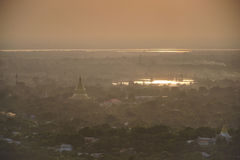 Odgórny widok w pięknej świątyni w ranku przy Mandalay wzgórzem w Myanmar Fotografia Stock