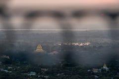 Odgórny widok w pięknym świątynnym zmierzchu przy Mandalay wzgórzem w Myanmar Obrazy Stock