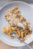 Odgórny widok Wagyu Ragu z Tagliatelle makaronu polewą z cheddaru serem Staczający się spaghetti z rozwidleniem Obraz Royalty Free