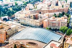 Odgórny widok widowni Hall dach w Rzym, Włochy, w pełni zakrywający z panel słoneczny Obraz Royalty Free