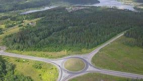 Odgórny widok wiejska obwodnica z ruchem drogowym klamerka Sceniczni widoki obrączkowaty skrzyżowanie z różnić się drogi w lesie zbiory