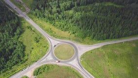 Odgórny widok wiejski rondo klamerka Ruch drogowy na rondo wiejskiej drodze w obszarze zalesionym zbiory