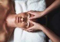 Odgórny widok wieka masaż czoło marszczy fotografia stock