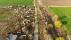 Odgórny widok wioska Jeden może widzieć dachy ogródy i domy Droga w wiosce Wioski ` oka ptasi widok zbiory wideo