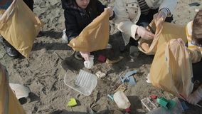 Odgórny widok wolontariuszi czyści plażę zdjęcie wideo