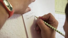 Odgórny widok writing ręka kierownika obsiadanie przy stołem zapas Pisać z ołówkiem na białym prześcieradle papier zbiory