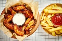 Odgórny widok wyśmienicie pieczonych kurczaków skrzydła, francuzów dłoniaki i kumberlandy na tablecloth, zdjęcie royalty free