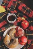 Odgórny widok wygodny jesień ranek w domu Śniadanie z laptopem, filiżanką herbata i bagel z jabłkami na woolen szkockiej kraty ko Zdjęcie Royalty Free