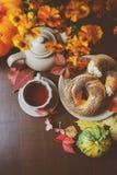 Odgórny widok wygodny jesieni śniadanie na stole w dom na wsi zdjęcie royalty free