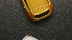 ODGÓRNY widok: WYPADEK SAMOCHODOWY - Zabawkarscy wzorcowi samochody rozbijają each innego zwolnione tempo zdjęcie wideo
