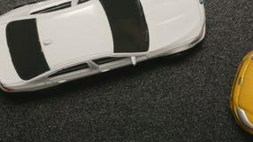 Odgórny widok: wypadek samochodowy - zamyka w górę zabawka modela kraks samochodowych biel zabawki samochodu zwolnione tempo zbiory
