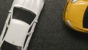 Odgórny widok: wypadek samochodowy - zamyka w górę zabawka modela kraks samochodowych strona biel zabawki samochodu zwolnione tem zdjęcie wideo