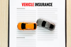 Odgórny widok wypadek zabawki samochód z zabawkarskim pojazdu ubezpieczeniem obrazy royalty free