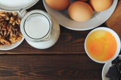Odgórny widok Wypiekowi składniki dla domowej roboty ciasta na nieociosanym drewnianym tle Zdjęcie Stock