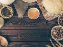 Odgórny widok Wypiekowi składniki dla domowej roboty ciasta na nieociosanym drewnianym tle Obrazy Royalty Free