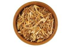 Odgórny widok wysuszona pokrojona cytryny trawa robić herbaty, w drewnianym pucharze obraz stock