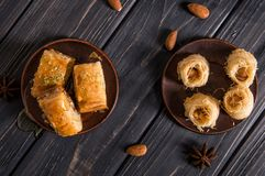 Odgórny widok z bliska Tureccy tradycyjni cukierki na starzy gliniani spodeczki Baklava z pistacjami i baklava ptaka gniazdowym z obrazy stock