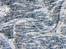 Odgórny widok z lotu ptaka śnieżna i zamarznięta zimy droga Zima krajobraz z śniegiem zakrywał drzewa w Finlandia obraz royalty free