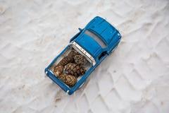Odgórny widok zabawkarska furgonetka na zimy drodze Nieść jedlinowych rożki Na opona śladach istny samochód na śniegu zdjęcie stock